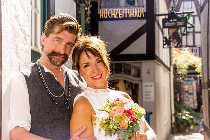 Paar vor dem Hochzeitshaus